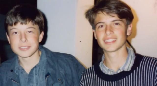 Elon Musk (bên trái) thời trẻ.