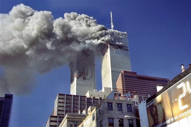 Khoảnh khắc tháp đôi trung tâm thương mại thế giới Mỹ bốc cháy sau vụ khủng bố.