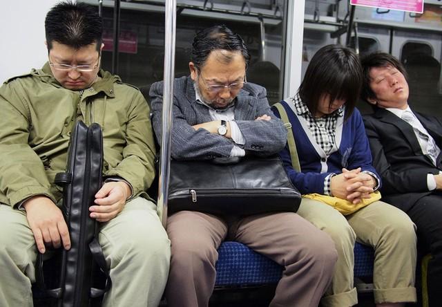 Người dân Nhật Bản ngủ trên tàu điện vì quá mệt mỏi.