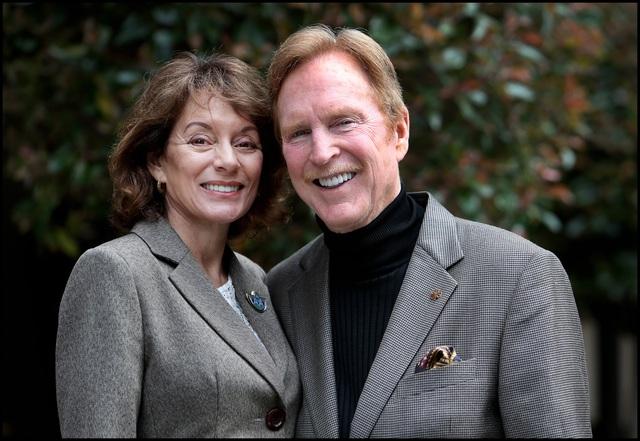 ' Michael Houlihan và Bonnie Harvey, người sáng lập ra thương hiệu rượu vang nổi tiếng nhất ở Mỹ, Barefoot Wine. '