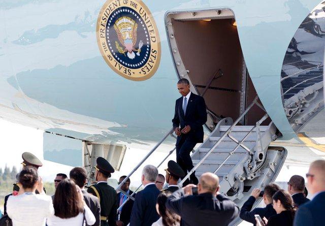 Tổng thống Mỹ rời chuyên cơ bằng thang gắn trên cửa sau chiếc Air Force One trong chuyến công du Trung Quốc. Ảnh: Getty