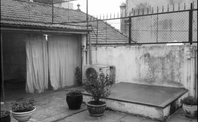 Hiện trạng căn nhà giữa khu phố cổ đông đúc của Hà Nội trước khi cải tạo.