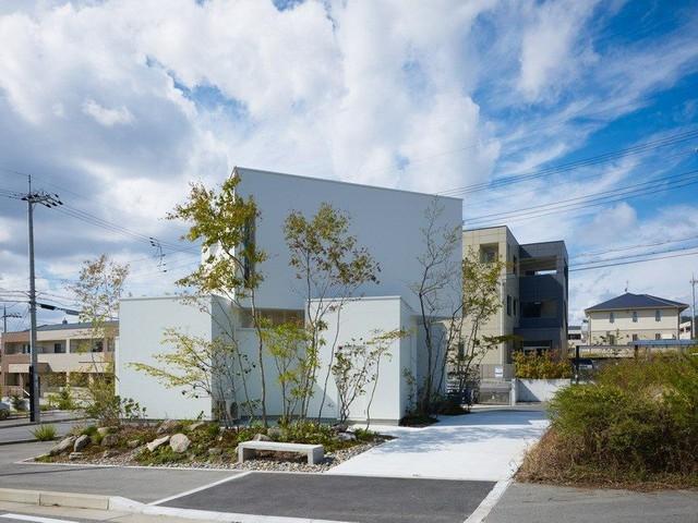 Ngôi nhà màu trắng nổi bật giữa khu phố nhờ kiểu dáng vô cùng ấn tượng với các khối hộp xếp chồng lên nhau.