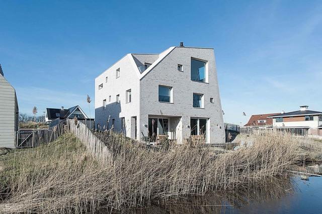 Căn nhà House of Rock nổi bật giữa khu làng nhỏ ven sông bởi lối thiết kế vô cùng khác lạ, không giống với bất kỳ căn nhà bình thường nào khác.