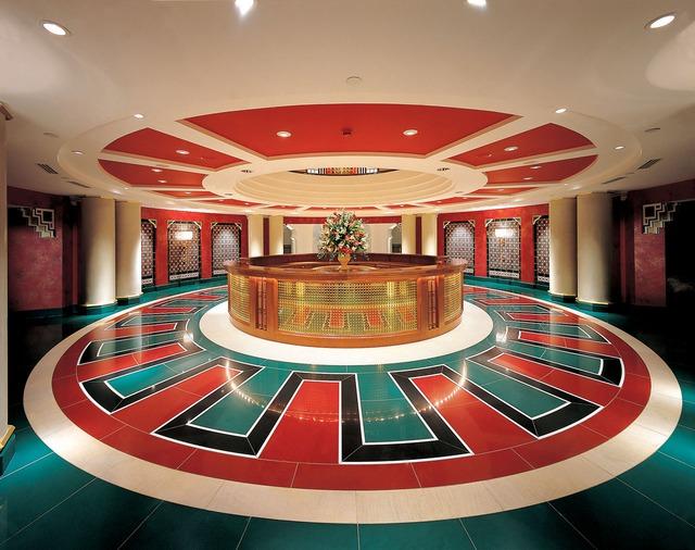 Phòng đắt nhất trong khách sạn này có giá tới 16,7 nghìn bảng Anh/ đêm. Phòng rẻ nhất có giá 880 bảng Anh/đêm .