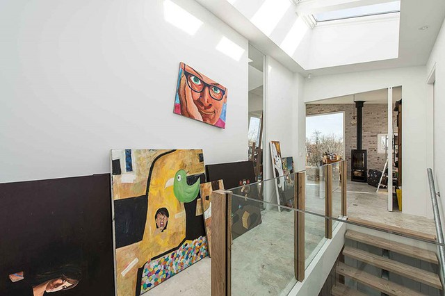 Những bức tranh nghệ thuật còn được bày dọc hành lang cầu thang.