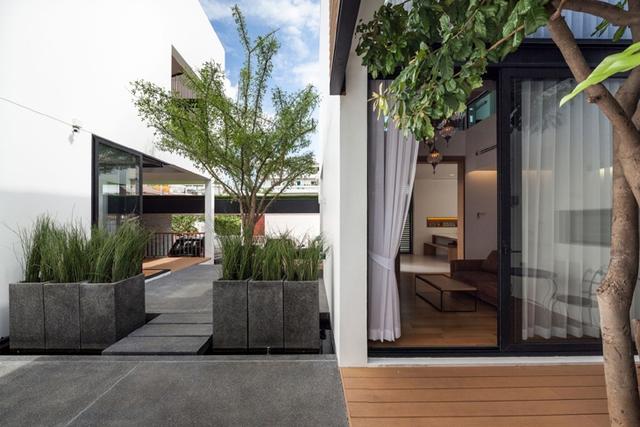 Cây xanh được gia chủ rất chú trọng vì nó vừa giúp mang bóng mát vừa thanh lọc không khí cho ngôi nhà.