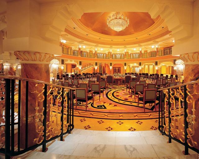 Phòng hội nghị rộng lớn với gam màu vàng.