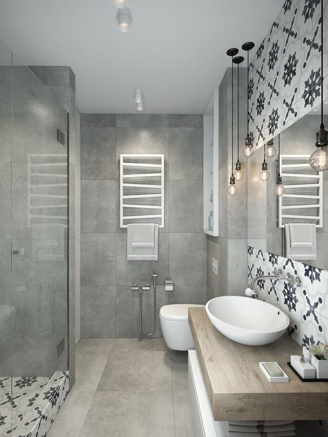 Đối diện chậu rửa tay là phòng tắm được ngăn cách bởi tấm kính dày trong suốt .