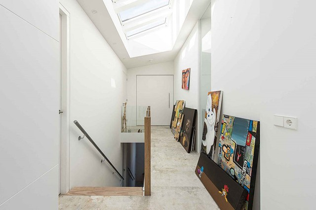 Trên trần nhà có rất nhiều cửa trần được thiết kế để ánh sáng tràn vào từng ngõ ngách của căn nhà.