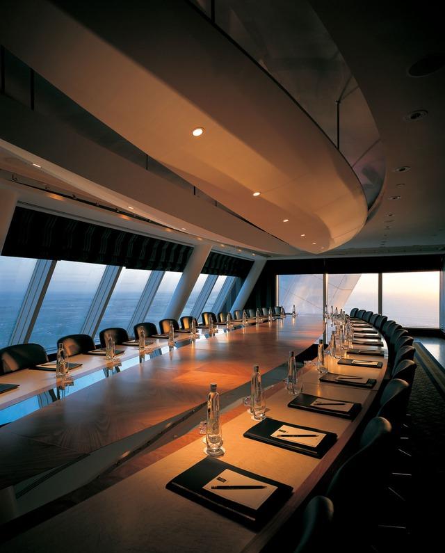 Phòng họp lớn trong khách sạn được bố trí ở một nơi đặc biệt nơi góc phòng.