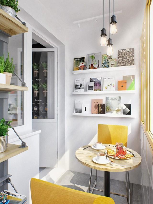 Phía ngoài khu bếp ăn là một ban công nhỏ được thiết kế với những chiếc ghế vàng vô bắt mắt.