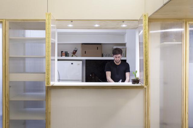 Nhờ thiết kế hệ thống cửa thông minh mà chủ nhà vừa nấu ăn vừa có thể quan sát được mọi thứ ngoài phòng khách.