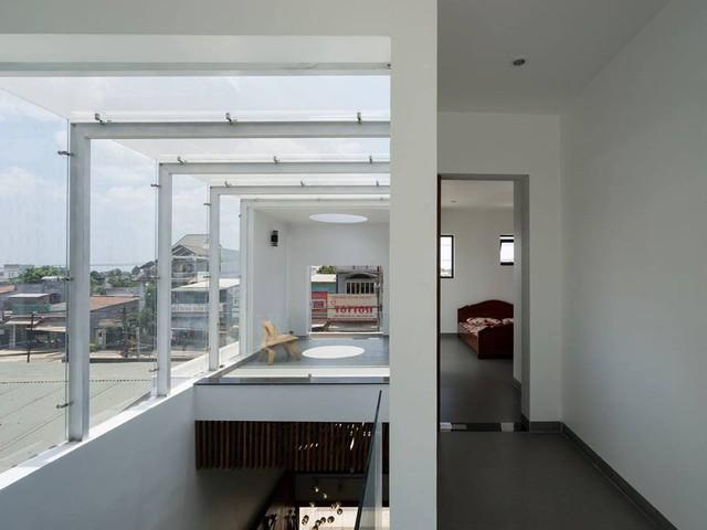 Căn nhà sử dụng rất nhiều cửa kính khiến không gian lúc nào cũng tràn ngập ánh sáng.