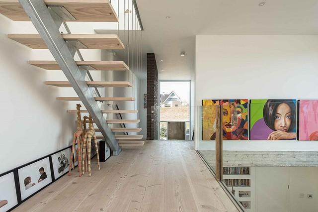 Toàn bộ mặt sàn trên các tầng đều được ốp gỗ sáng màu.