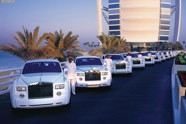 Dàn siêu xe Rolls-Royce Phantom cùng tài xế luôn sẵn sàng đón khách từ sân bay và đưa về thẳng khách sạn.