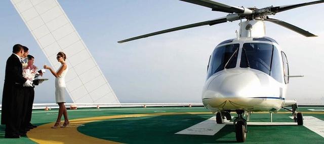 Nếu du khách có nhu cầu khách sạn đón khách bằng trực thăng riêng và sân bay nằm trên tầng 28 của khách sạn.