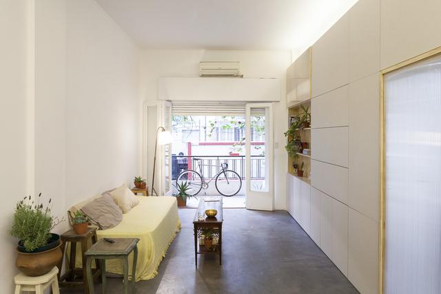 Không gian phòng khách được bài trí đơn giản nhưng ngập tràn ánh sáng tự nhiên.