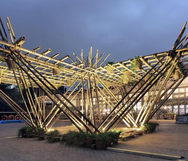 Để tạo thành ngôi nhà này các thân tre sẽ được đan chéo và buộc chặt từng khóm thế này.