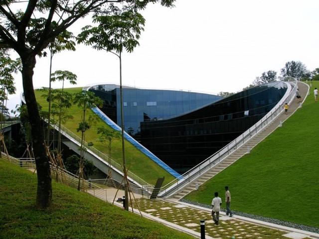 Trường đại công nghệ Nanyang, Singapore. Ngôi trường gây sự chú ý đặc biệt bởi hai mái cong kéo dài được bao phủ lớp thảm cỏ xanh mướt, tươi mát. Các sinh viên nơi đây có thể thỏa sức thư giãn và nghỉ ngơi ngay không gian lý tưởng này.