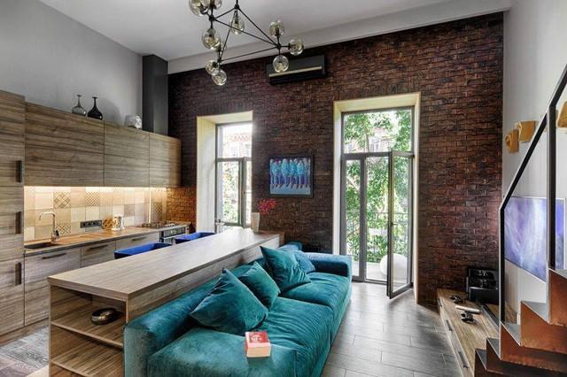 Các phòng chức năng trong nhà được thiết kế mở với phòng khách thông bếp ăn. Cái bàn dài giữa phòng là vật dụng duy nhất để ngăn chia hai khu vực này.