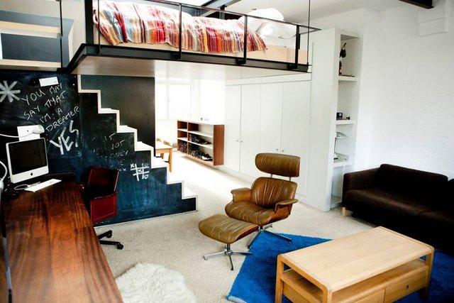 Không gian phòng khách được bố trí khá đơn giản với chiếc ghế sofa dài cùng chiếc bàn trà bằng gỗ xinh xắn. Ngay phía đối diện là một chiếc tủ dài với rất nhiều ngăn bên dưới để chứa đồ, mặt trên tủ được tận dụng làm nơi đặt ti vi, trang ảnh trang trí và một góc nhỏ được tận dụng làm nơi làm việc.