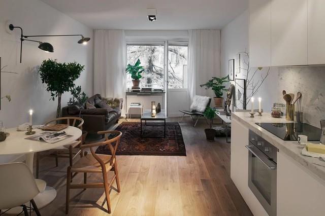 Giữa không gian với sắc trắng chủ đạo chủ nhà lại chọn bộ sofa cùng chiếc thảm tối màu. Sự kết hợp giữa hai màu tương phản này đã mang đến cho không gian nơi phòng khách không chỉ thêm thanh lịch mà còn vô cùng tinh tế.