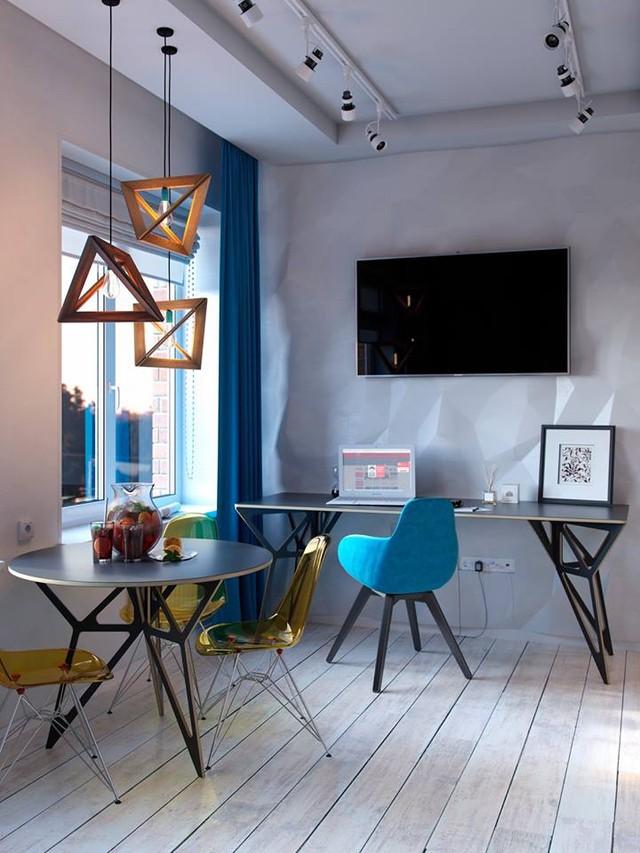 Đối diện với chỗ ngồi tiếp khách là góc làm việc nhỏ nhắn với chiếc ti vi màn hình rộng gắn chặt vào tường giúp tiết kiệm tối đa diện tích cho căn phòng.