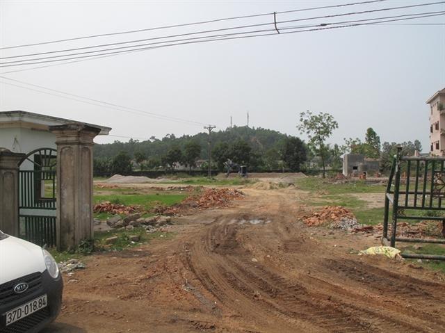Khu đất xây dựng nhà máy bị bỏ hoang