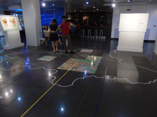 Mô hình diện tích Hà Nội được mô phòng trên sàn khu vực triển làm - Ảnh: Phan Minh