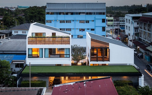 Nằm trên mảnh đất 400m2, căn nhà được chia thành 2 phần và được thiết kế giống hệt nhau.