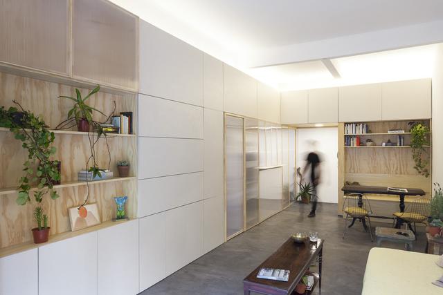 Để ý một chút bạn sẽ thấy suốt chiều dọc của ngôi nhà gia chủ sử dụng hệ thống tủ gỗ với rất nhiều ngăn.