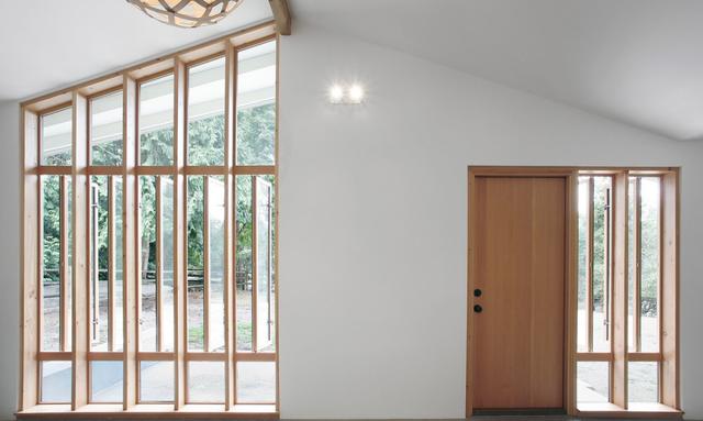 Hệ thống cửa kính chia nhiều cánh nhỏ mang ánh sáng thiên nhiên tràn ngập cho căn nhà.