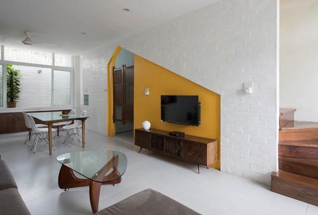 Bên trong nhà được bài trí bằng những món đồ nội thất có hình dáng khác lạ.