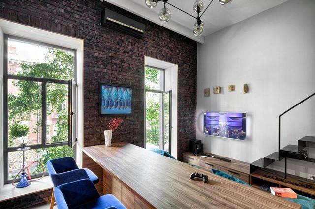 Một điểm khác lạ của căn hộ này đó là bức tường gạch thô lớn ngay lối ra vào. Chính nó đã tạo nên nét độc đáo và phá cách cho căn hộ nhỏ.