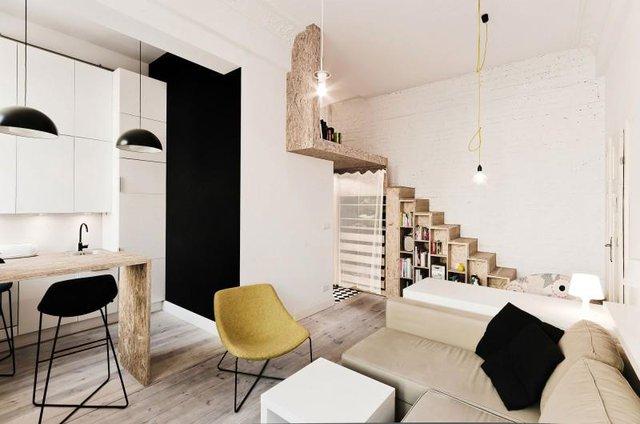 Vì diện tích có hạn nên mọi không gian trong nhà đều được tận dụng tối đa. Bên dưới các bậc cầu thang lên gác là cả một giá sách nhiều ngăn và là nơi để trưng bày các đồ lưu niệm.