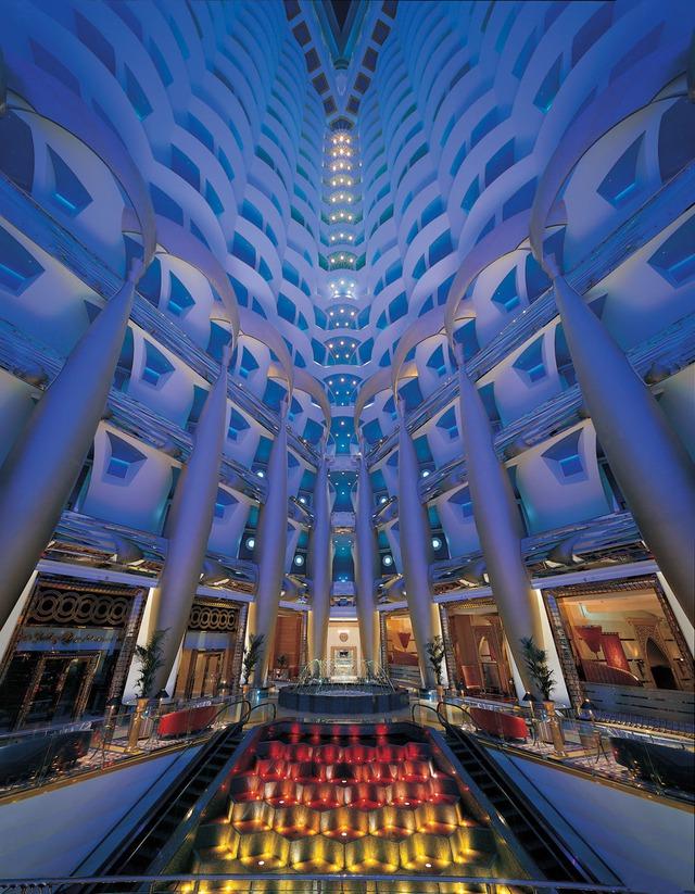 Bước vào bên trong du khách sẽ bị ngợp bởi độ sang trọng và lộng lẫy của khách sạn xa xỉ nhất hành tinh này.