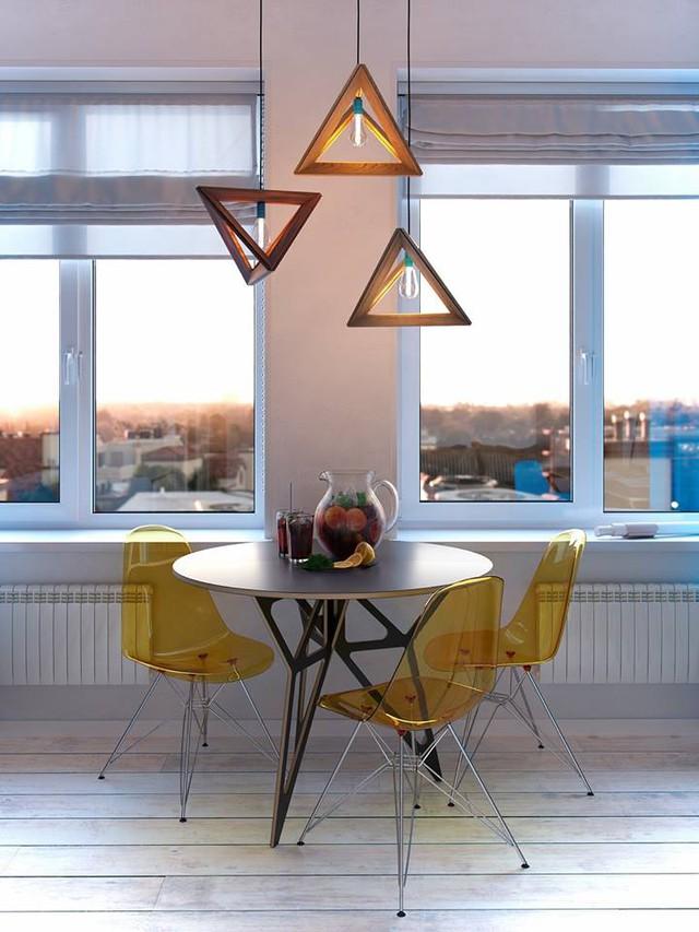 Chiếc bàn ăn tròn nhỏ cùng những chiếc ghế vàng cách điệu được đặt ngay sát cửa sổ thoáng rộng và tràn ngập ánh sáng tự nhiên.
