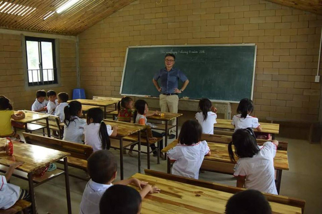 .. và 2 năm sau, nơi đây đã biến thành một lớp học khang trang, rộng rãi, các em nhỏ có áo đồng phục để mặc. Ảnh: Facebook Trần Đăng Tuấn