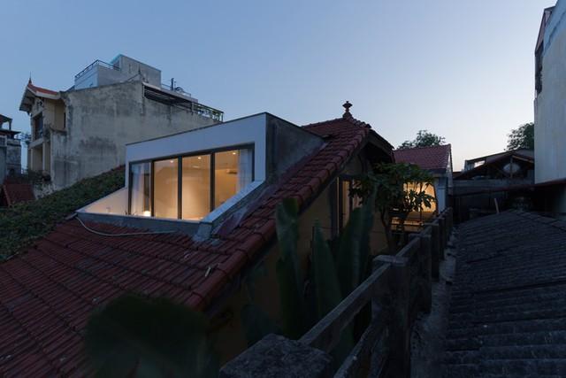 Phần mái nhà được bố trí một ô kính thoáng rộng vừa đón nắng, gió len lỏi vào tận ngõ ngách của từng căn phòng.