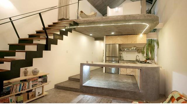Bên trong ngôi nhà được thiết kế hoàn toàn mở với không gian bên dưới là khu vực nhà bếp, phòng ăn, vệ sinh. Bên trên là không gian nghỉ ngơi và tiếp khách.