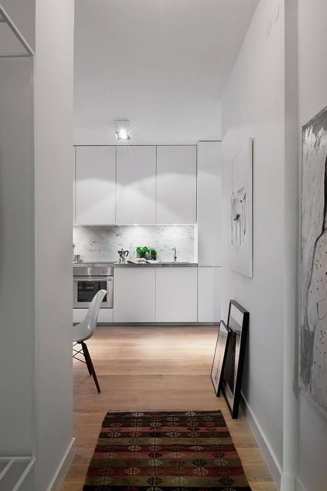 Lối vào nhà thoáng sạch được trải thảm tối màu. Toàn bộ sàn nhà được ốp gỗ màu nâu tạo không gian vô cùng ấm áp. Trong căn hộ này những chi tiết dù là nhỏ nhất cũng toát lên được sự chăm chút vô cùng tính tế của chủ nhà.