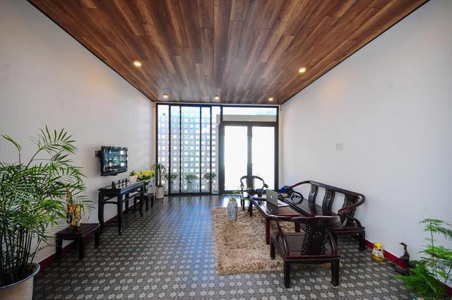 Vì ngôi nhà chỉ có một tầng và khá dài nên toàn bộ khu vực chức năng trong ngôi nhà được bố trí theo chiều dọc. Phòng khách thoáng sáng kết hợp hài hòa hai phong cách cổ điển và hiện đại.