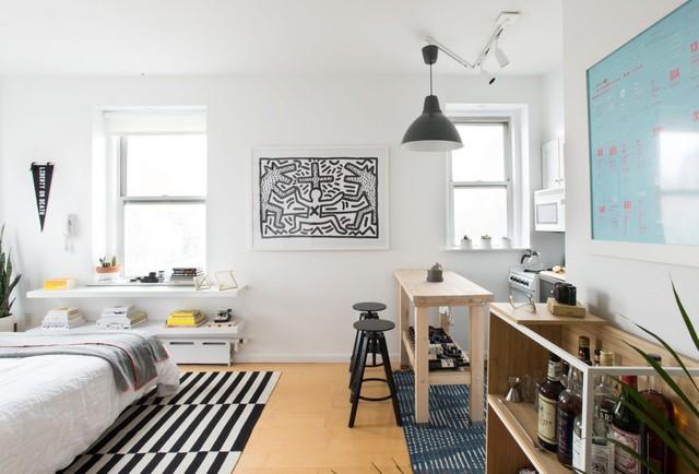 Để biến căn hộ trở nên thoáng rộng và tràn ngập ánh sáng tự nhiên thay vì che phủ các cửa sổ của căn hộ nhà thiết kế đã sử dụng những tấm mành lọc ánh sáng trong suốt.