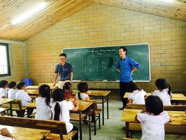Giáo sư Châu cùng thầy giáo rạng rỡ trong buổi học ngày 5/9. Ảnh: Facebook GS Ngô Bảo Châu