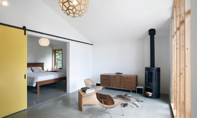 Ngôi nhà bao gồm một bếp nấu nhỏ, khu vực tiếp khách và một lò sưởi. Ngay sau khu tiếp khách và cánh cửa là phòng ngủ kín đáo của chủ nhà.