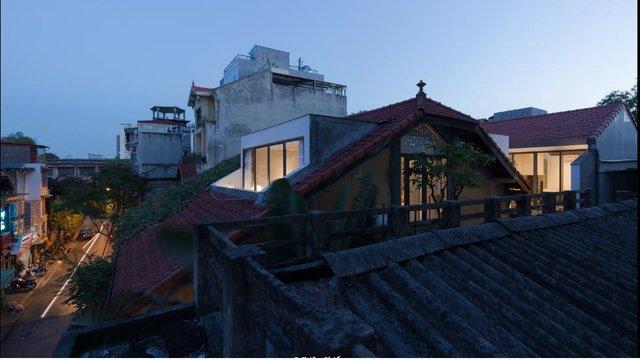 Nhờ mái nhà được thiết kế vô cùng khác lạ này mà ngôi nhà lúc nào cũng thoáng mát, tràn ngập ánh sáng thiên nhiên, thỏa mãn những yêu cầu mà chủ nhà đặt ra.