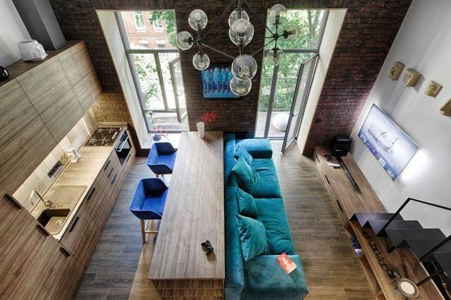 Khác với những căn hộ thông thường khác cửa sổ của căn hộ này được làm bằng kính từ trên xuống dưới và được mở gần sát nền nhà để tận dụng tối đa nguồn sáng từ bên ngoài.
