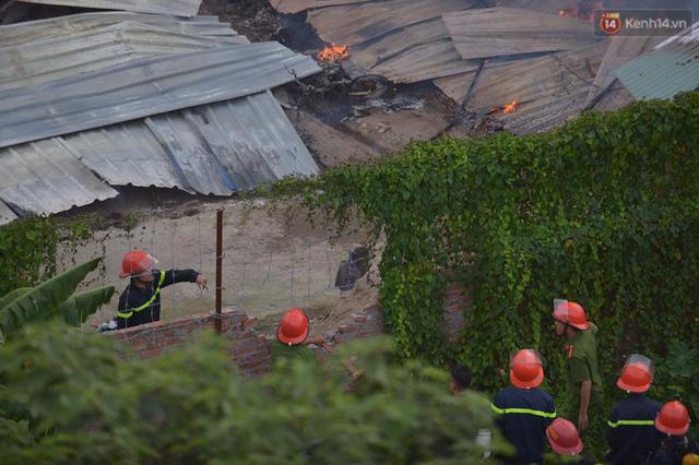 Cảnh sát PCCC phá tường rào vào tiếp cận đám cháy