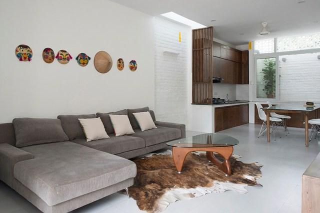 Nội thất trong ngôi nhà này chủ yếu là đồ gỗ mang đến một không gian sống ấm cúng và thân thiện.